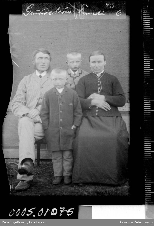 Gruppebilde av kvinne, mann og to gutter.