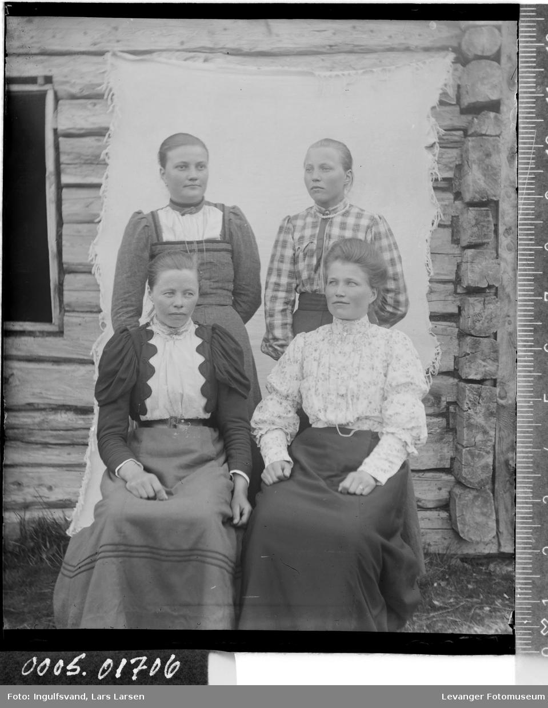 Gruppebilde av fire unge kvinner.