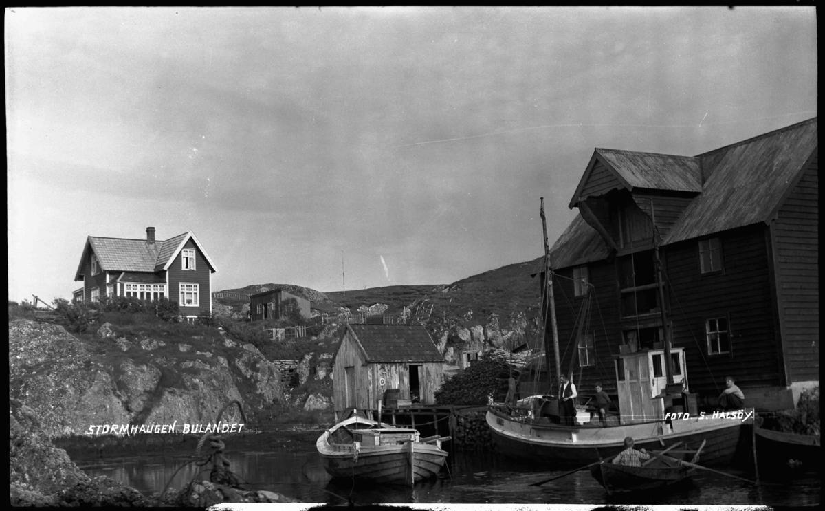 Husa på Stormhågen, Kjempenes i Bulandet. Musvågen med bua til Anders Nordstrand. Han gjekk i rute til Bergen med skøyta som ligg ved bua.