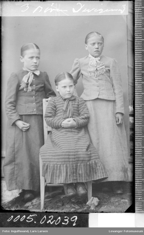 Portrett av tre jenter.