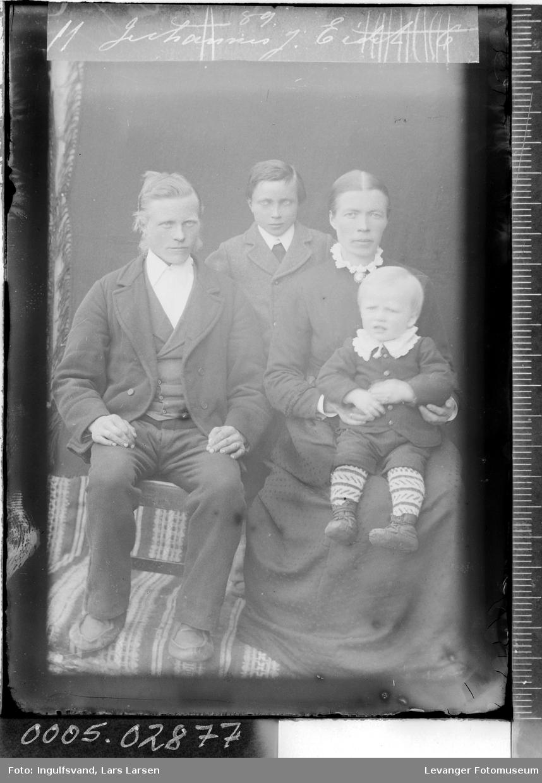 Gruppebilde av kvinne, mann og to barn.