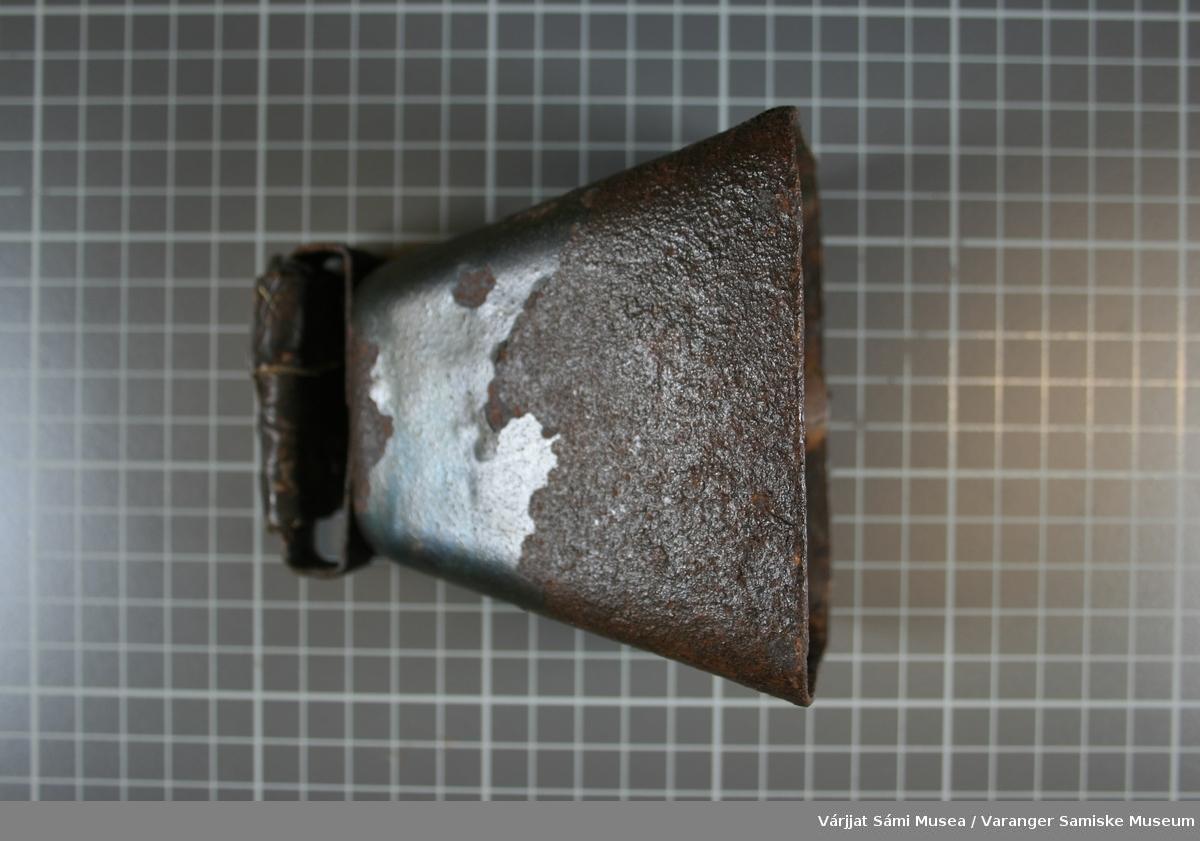 Stor bjelle, med lær surret rundt feste anordningen. Inskripsjon: 4`M  Metallhempen inn i bjella er 7,0 cm.