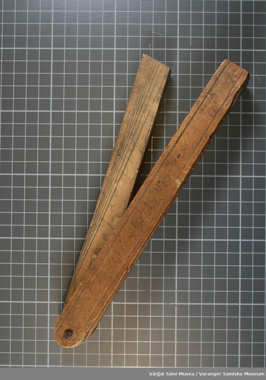 Vinkelhaken er av tre og er i 2 deler og satt sammen med en skrue. Vinkelhaken er sammenleggbar og den ene delen blir lagt inni den andre. Det er skrevet tall og bokstaver med blyant. På vinkelhaken er det også skrevet ett navn med blyant: Ivar Nikoma. Det er skjært inn 2 parallelle linjer på alle 4 langsidene.