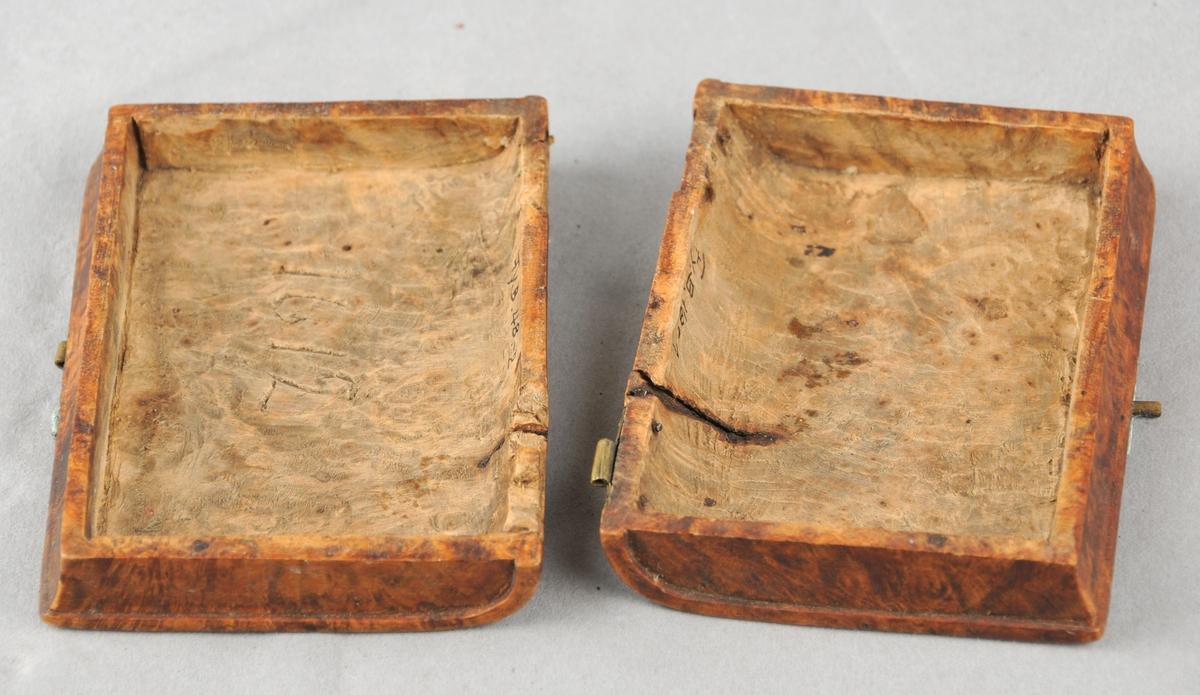 Lite treetui til å oppbevare salmebok i. Utvendig ser futeralet ut som ei bok.Sett saman av to like delar som er hengsla saman i ryggen. Skore ut innvendig, slik at det er plass til ei bok.  På den andre langsida er det lås. Både hengslene og låsen er øydelagde, så dei to delane heng ikkje saman. På utsida  er det skore ut motiv, kross og anker. På det som er baksida er det i tillegg skore inn ein omvendt T i kortsida, dette er gjort i nyare tid. På innsida er det skore inn årstalet 1612.