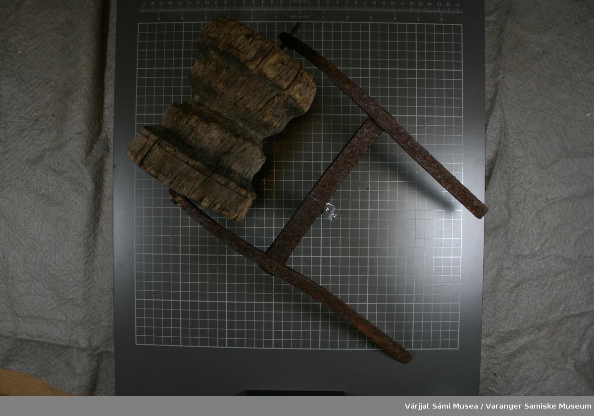 To små ruller til å dra line med. Begge rullene er av tre, mens holderne er av jern. Begge har en jernstang som går gjennom snella.  Rull 1: Rullen har form som ei trådsnelle. På tverrjernet mellom armene er det slått inn fire merker. Rull 2: Innskrift: IMV