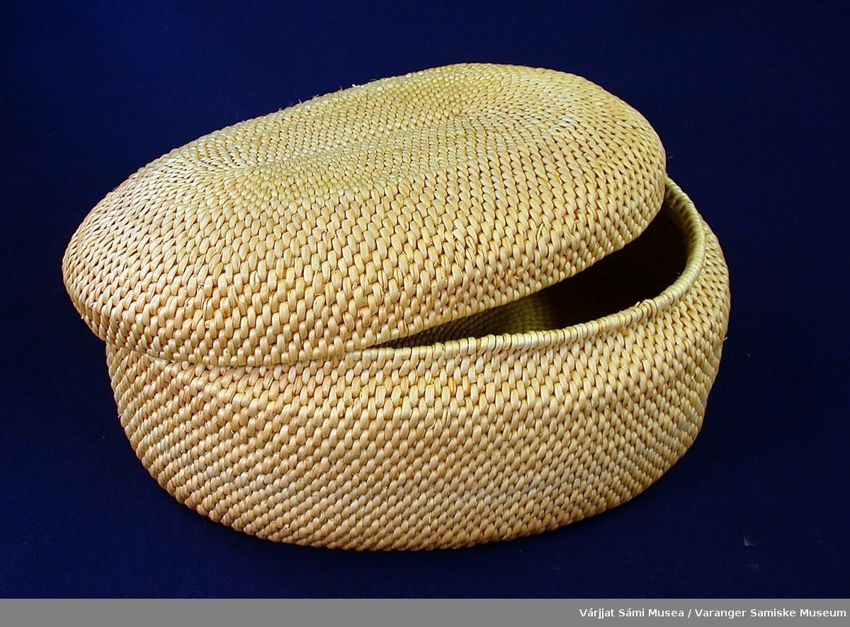Ovalt flettet skrin av furuteger m/medfølgende beinpren. Skrinet er stort, nærmere 30 cm i lengde, ovalt med lokk.