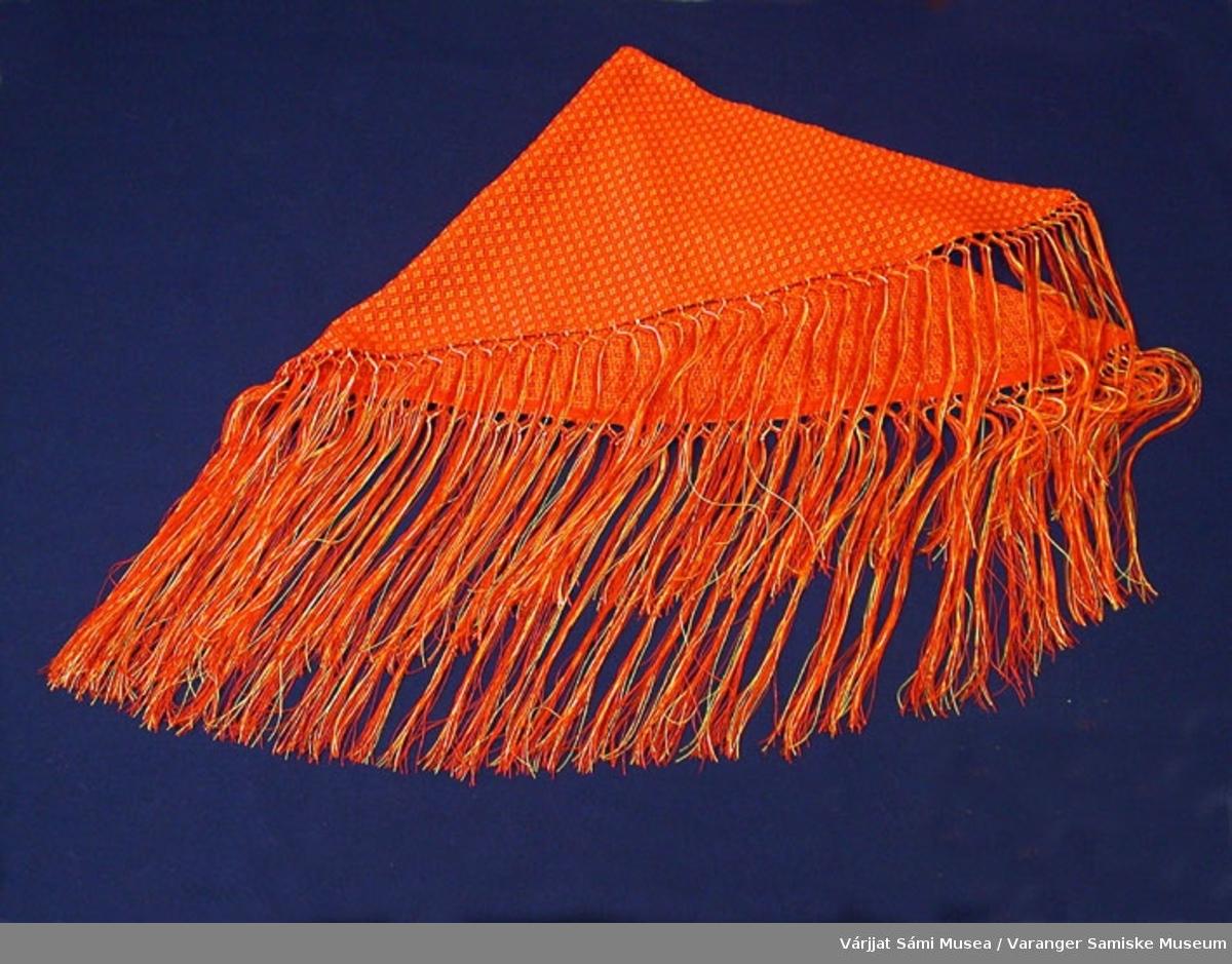 """Sjal av bomull og silke. Den har navn """"Hilla"""". Hilla betyr ild på samisk. Ildfarge (rødorange)."""