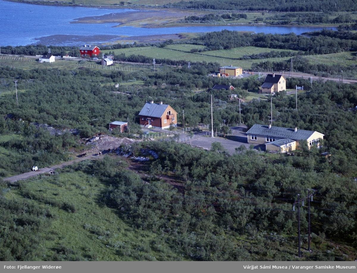 Flyfoto av Vuonnabahta / Varangerbotn i Unjárgga gielda / Nesseby kommune, 1963. Lærerbolig, skole og telegrafstasjon.