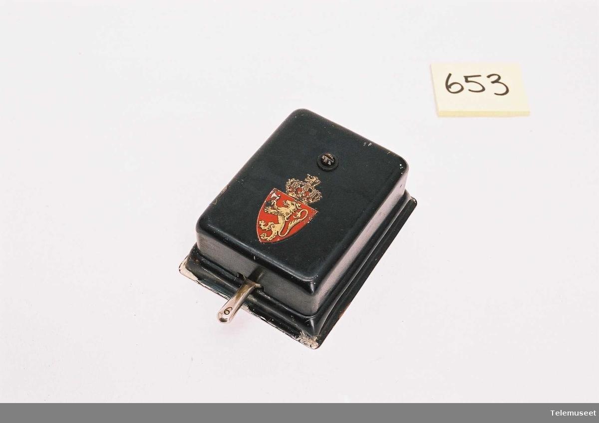 6-spolet svart Den norske løve emblem, eldre type