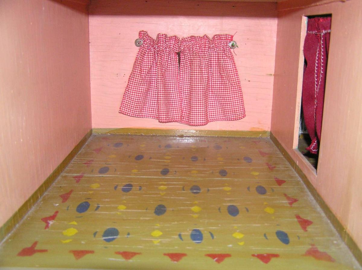 Dukkestua til Inger Johanne har fire rom med gardiner og dekor.Kjokken ...