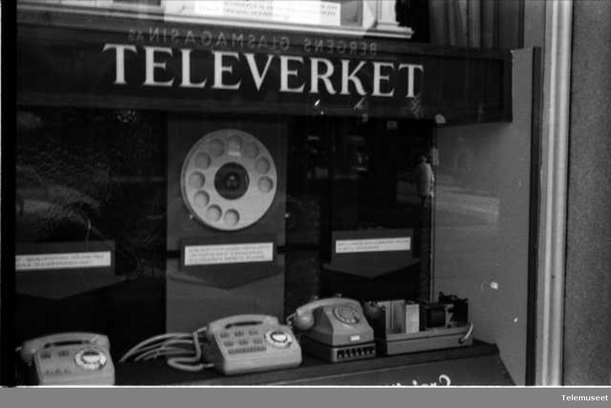 Utstilling intern. Utstillingsvinduer mot Olav Kyrresgt.