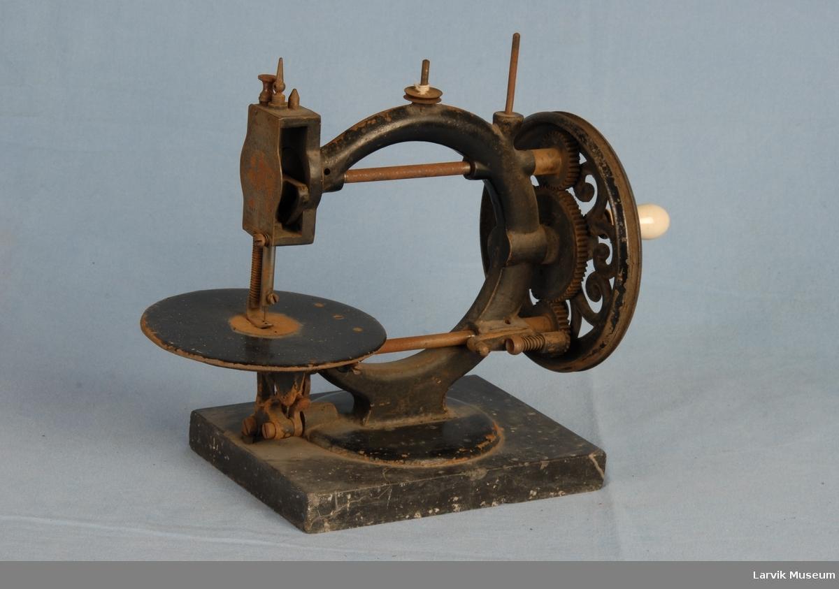 Form: maskinen står på en plate av marmor/sveiv av marmor/2 tannhjul av stål