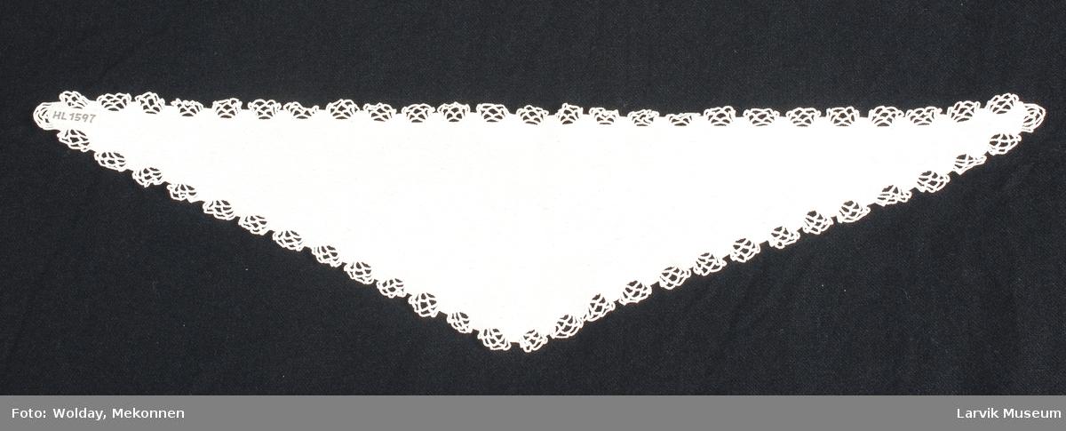Form: hvitt,hardt tvunnet bom.garn, håndstrikket i rette masker frem og tilbake ca. 9 r m pr. cm., helt rundt en heklet bord av tagger i faste masker med nettverk av luftmasker i mellom