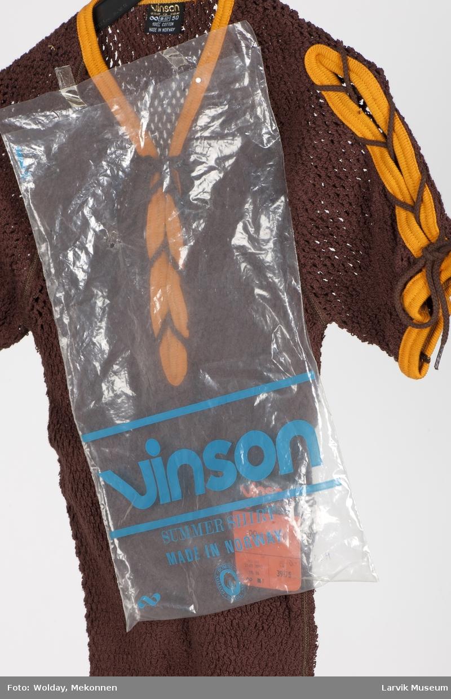 2 stk.T-shirt med kort arm, brun og orange med snøring foran, stormasket. Størrelse 50 Ligger i plastpose. Etikett på plagget med logo og produktbeskrivelse