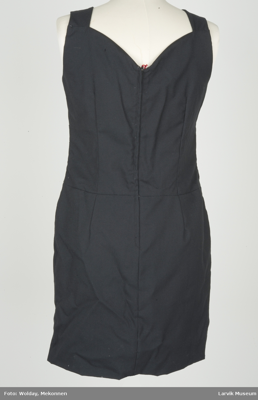 Kort kjole med seler, uten ermer. Svart.