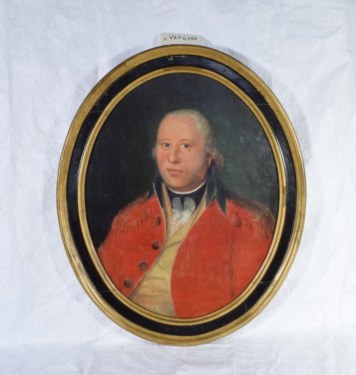 Portrett av Hans Smith.   Maleriet fremstiller en middelaldrende gråhåret mann i rød jakke med svart krage og epåletter. Under jakken kommer en beige vest og skjorte med hvit blonde og svart rund krage tilsyne.