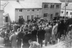08.05.1945. Ved Namsos Politistasjon. Publikum venter på få