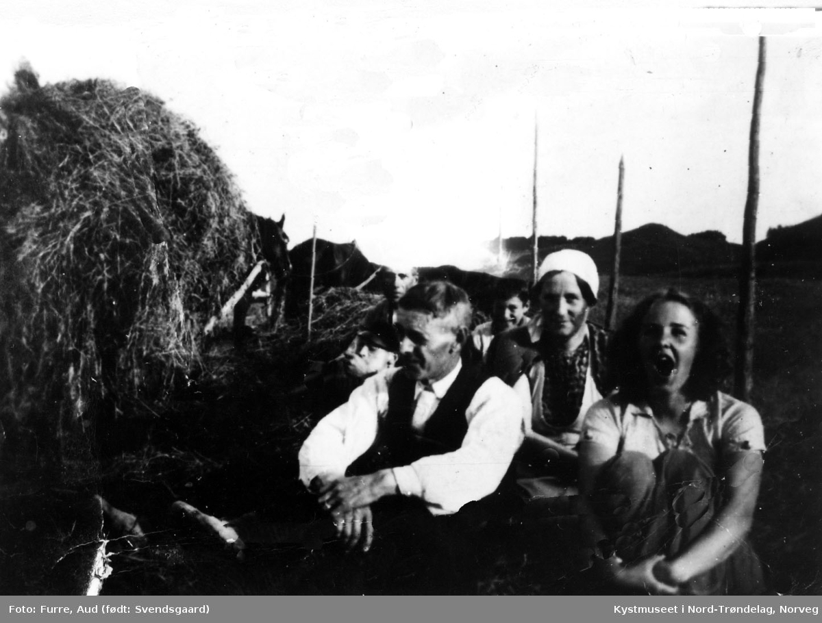 P. A. Furuheim og Kari Furre. Bak fra venstre: Johs. og Johan Larsen, Ingrid Johanna og Olea Furru