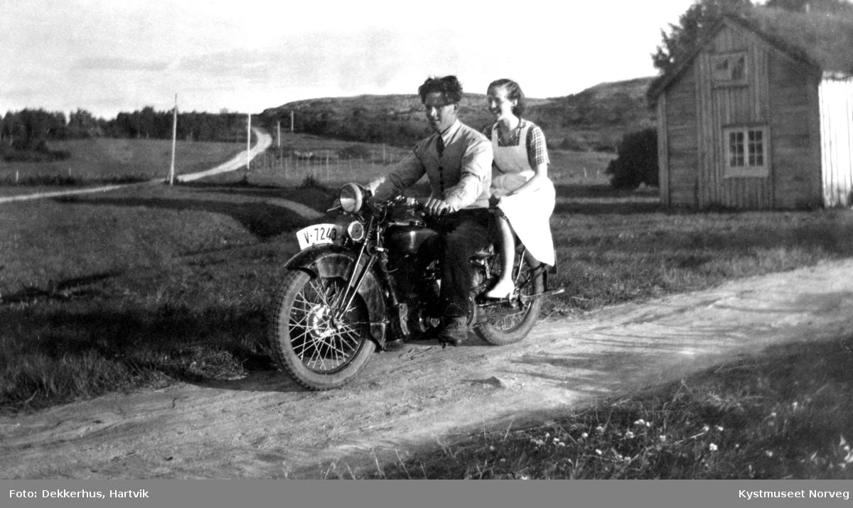 Arne Olsen og Pauline Dekkerhus på motorsykkel