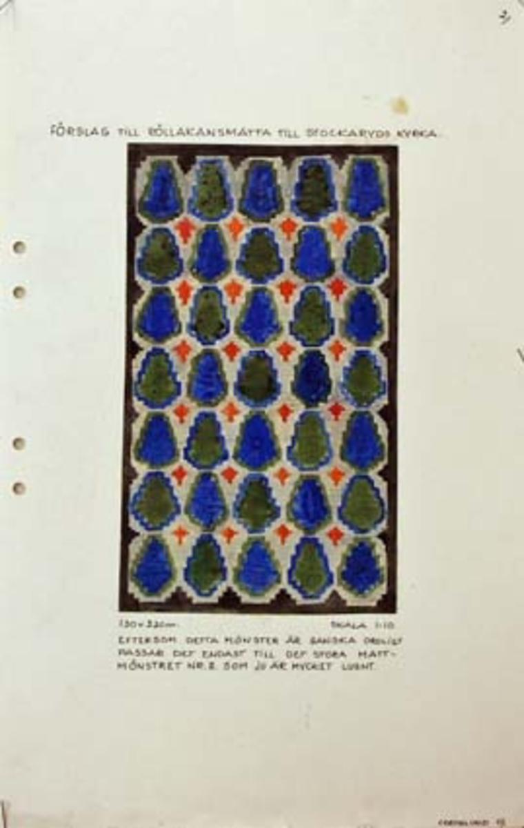 """Tre skisser med förslag till rölakansmatta till Stockaryds kyrka.GHKL 4123:1 Nytt färgförslag till rölakansmatta till Stockaryds kyrka 1,30 x 2,20 m. Skisstorlek ca 13 x 22 cm, skala 1:10. Följande anteckning finns på skissen: """"Denna matta har kyrkorådet utvalt och beställer alltså till Stockaryds kyrka, (undertecknat med ett namn)"""".GHKL 4123:2Förslag till rölakansmatta till Stockaryds kyrka 1,30 x 2,20 m. Skisstorlek ca 13 x 22 cm, skala 1:10. Skissen är märkt nr 2.""""Eftersom detta mönster är ganska oroligt passar det endast till det stora mattmönstret nr 2. som ju är mycket lugnt""""GHKL 4123:3Förslag till rölakansmatta till Stockaryds kyrka 1,30 x 2,20 m. Skisstorlek ca 13 x 22 cm, skala 1:10. Skissen är märkt med nr 4.BAKGRUNDHemslöjden i Kronobergs län är en ideell förening bildad 1990. Den ideella föreningen ersatte Kronobergs läns hemslöjdsförening bildad 1915.Kronobergs läns hemslöjdsförening hade butiksverksamhet och en vävateljé med anställda väverskor och formgivare där man vävde på beställning till offentliga miljöer, privatpersoner och till olika utställningar.Hemslöjden i Kronobergs län har idag ett arkiv med drygt 3000 föremål, mönster och skisser från verksamheten och från länet. 1950-talet var de stora beställningarnas tid och många skisser och mattor till kyrkorna kom till under detta årtionde."""