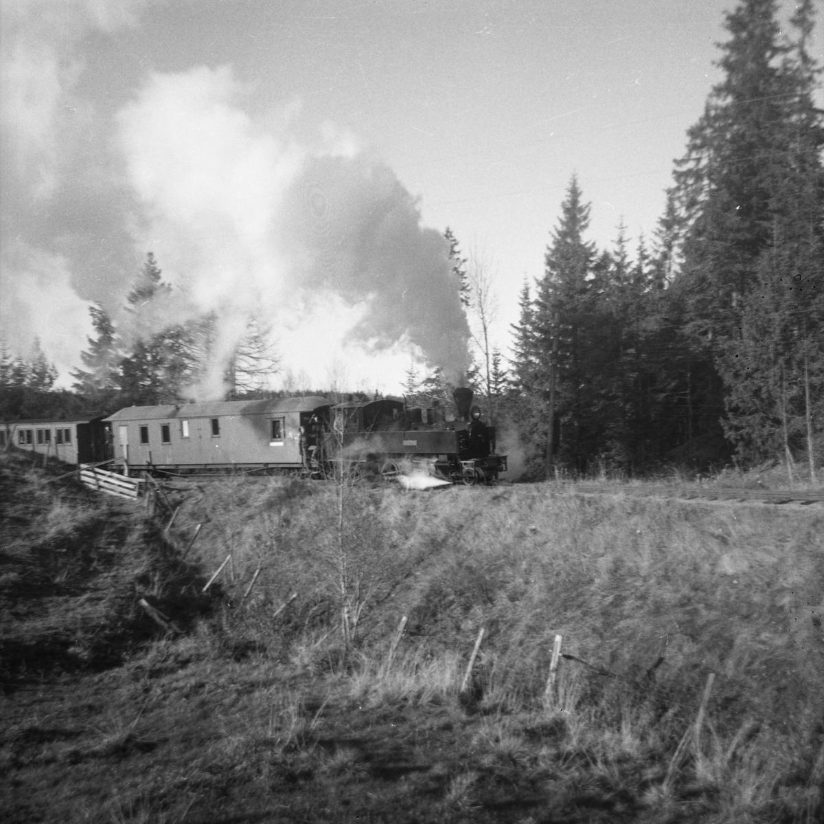 En av de første kjøringene med damplokomotiv på museumsbanen,  25.10.1964.