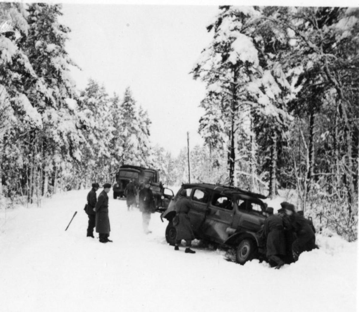 Terrängpersonvagn m/1943 (TPV). Volvo. I diket, vinter.