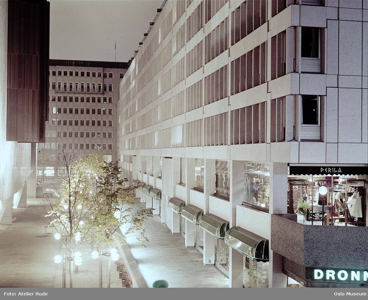 kontorbygninger, forretninger, baldakiner, gatebelysning, trær, Oslo Konserthus