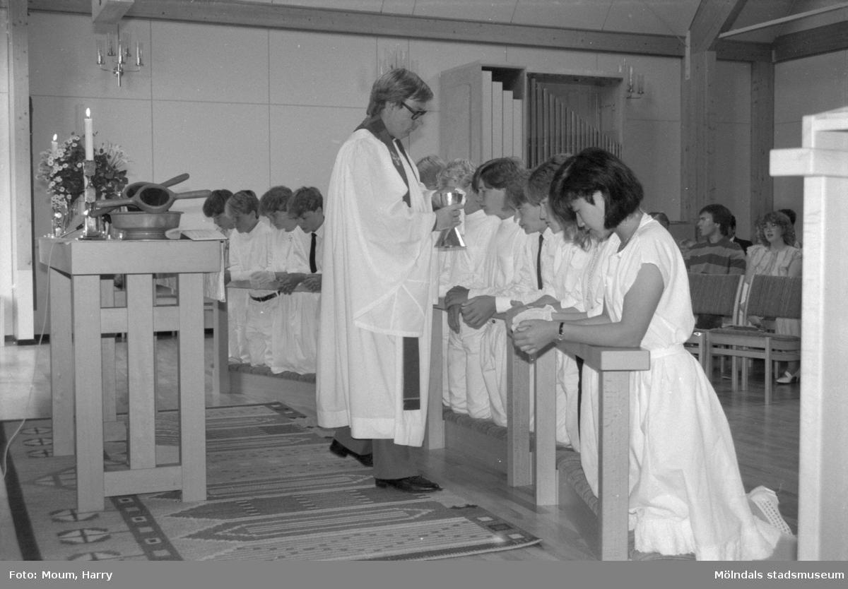 Konfirmation i Apelgårdens kyrka i Kållered, år 1984.  För mer information om bilden se under tilläggsinformation.