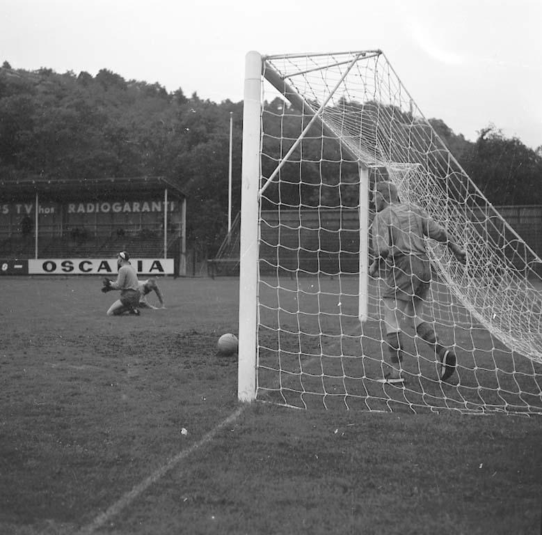 """Enligt notering: """"Fotboll Kamraterna Sept -60""""."""