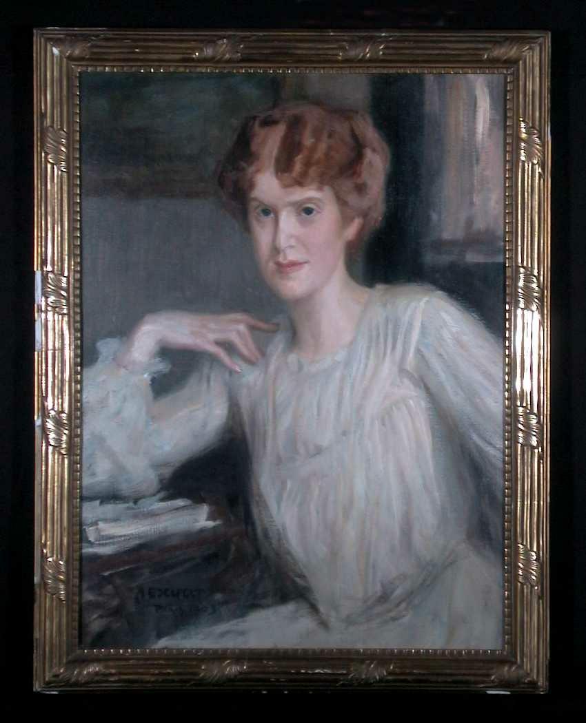 Ung kvinne i hvit kjole.