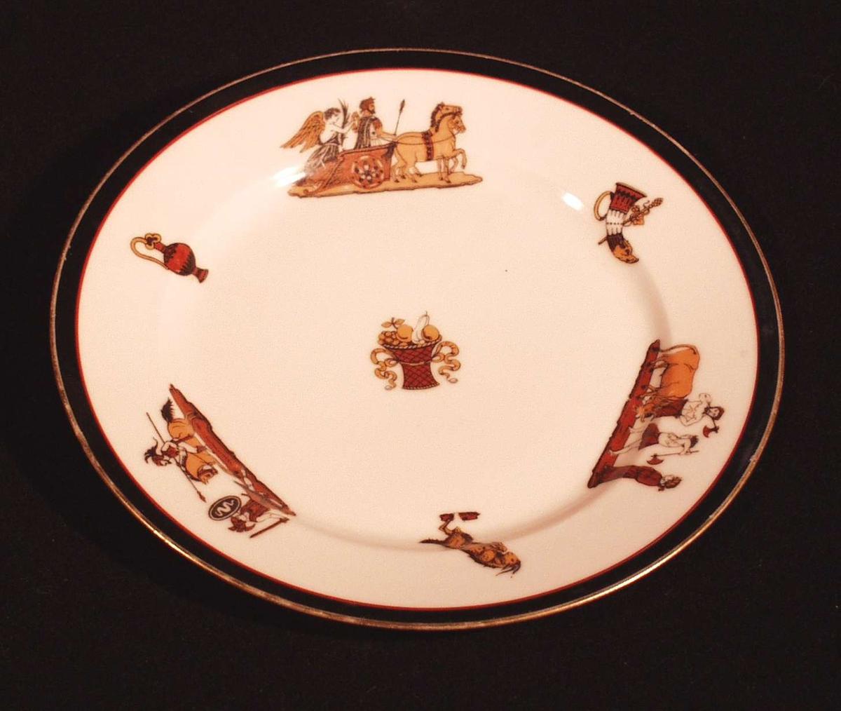 3 større og 3 mindre Herculaneum figurer langs kanten, et stort i midten.  Tallerkenen har langs kanten ytterst en bred, svart rand med gullstrek, innenfor en rød strek.