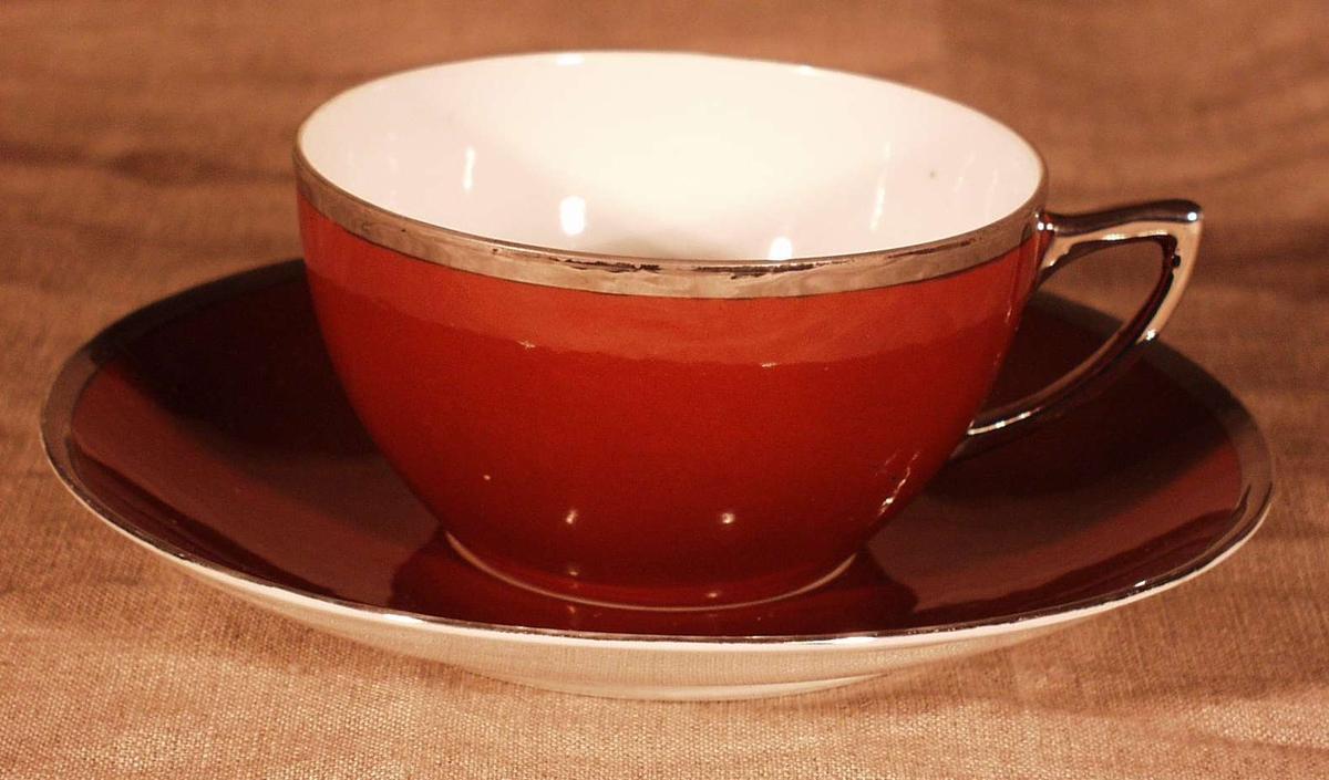 Klokkeformet kopp. Sølvhank samt sølvkant på kopp og skål.