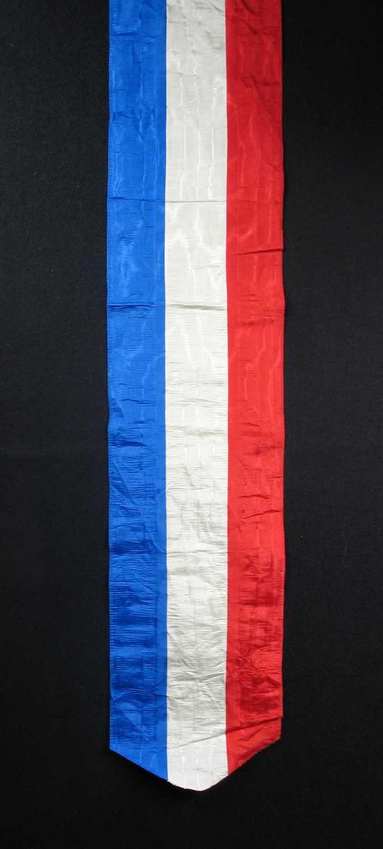 Begravelsessløyfe i rød, hvit og blå silke. Ingen tekst.