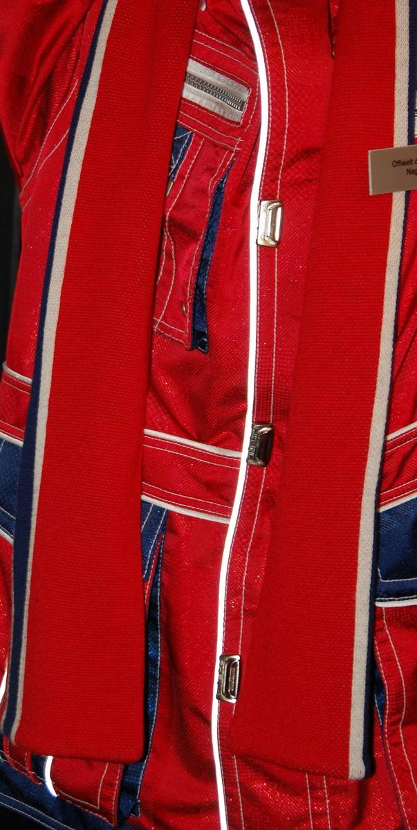 Rødt skjerf med striper i hvitt og blått.