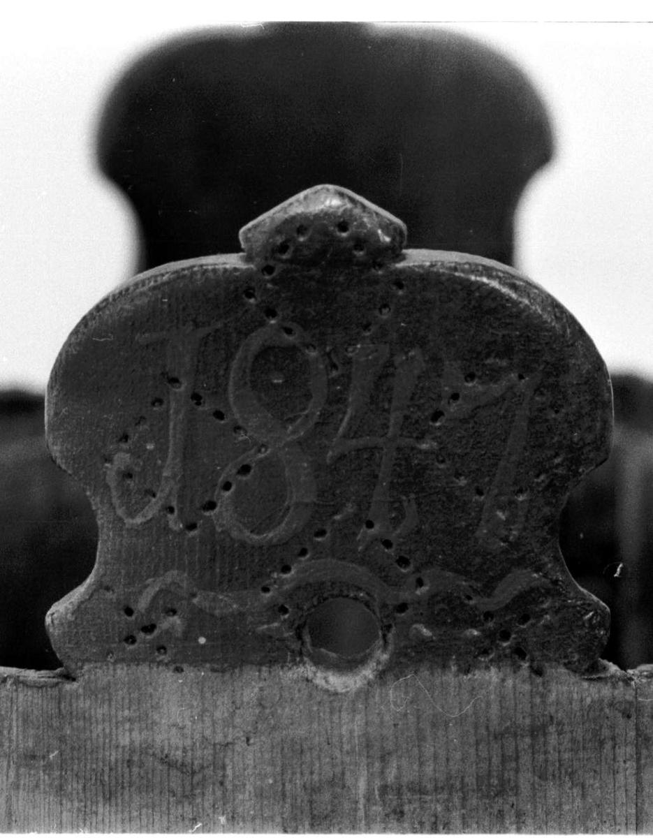 Ambaren er lagget av ti staver. Tre staver er forlenget til bein og to til ører. To flate og tre smale runde gjorder. Det synes å magle en tredje flat gjorde. Bunnen er ett stykke. Lokket er ett stykke påsatt håndtak. Langs nedre kanten er det skåret til en tungebord.  I bunnen risset inn seksbladet passerrose. Langs nedre kant svidd inn en enkel bord på tungene og beina. Lokket har også svidd inn et rutemønster med en X i hver rute. Ambaren er blåmalt med brunrøde smale gjorder.