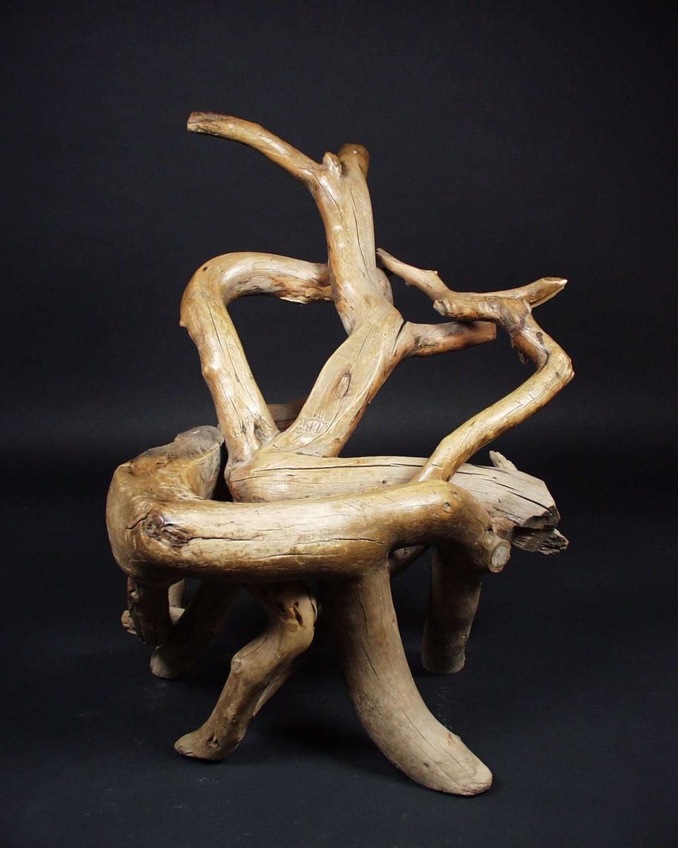 Naturvokst peiskrakk laget av greiner som er delvis plugget og delvis spikret sammen.