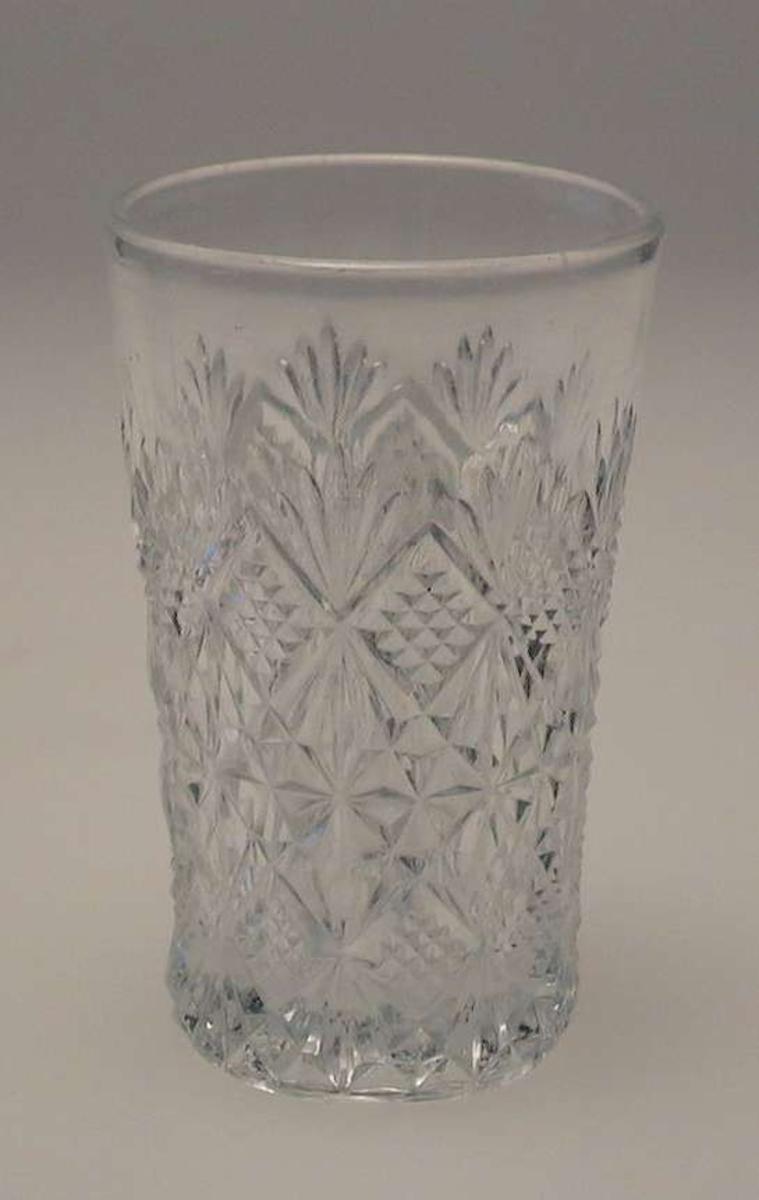 Glasset er rikt dekorert med stjerne- og viftemotiv.