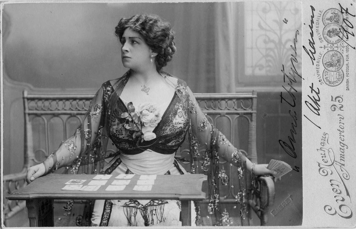Kvinne, kort, sjal, teater, ukjent,