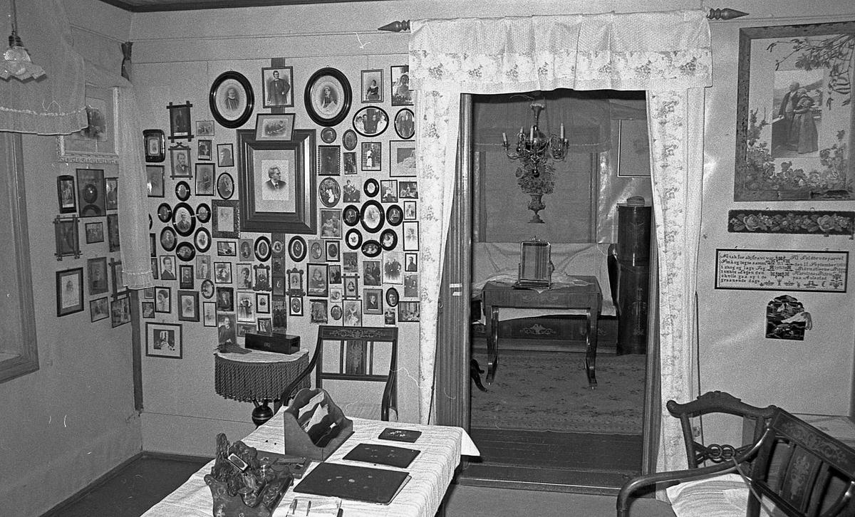 DOK:1971,Karolineværelse, familievegg, skrivebord, fotografier,