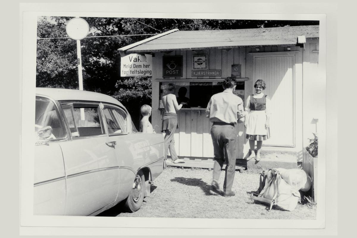 eksteriør, sesongpostkontor, Kjærstranda, postskilt, barn, mann, dame, bil. Opel Rekord, årsmodell 1958-60.
