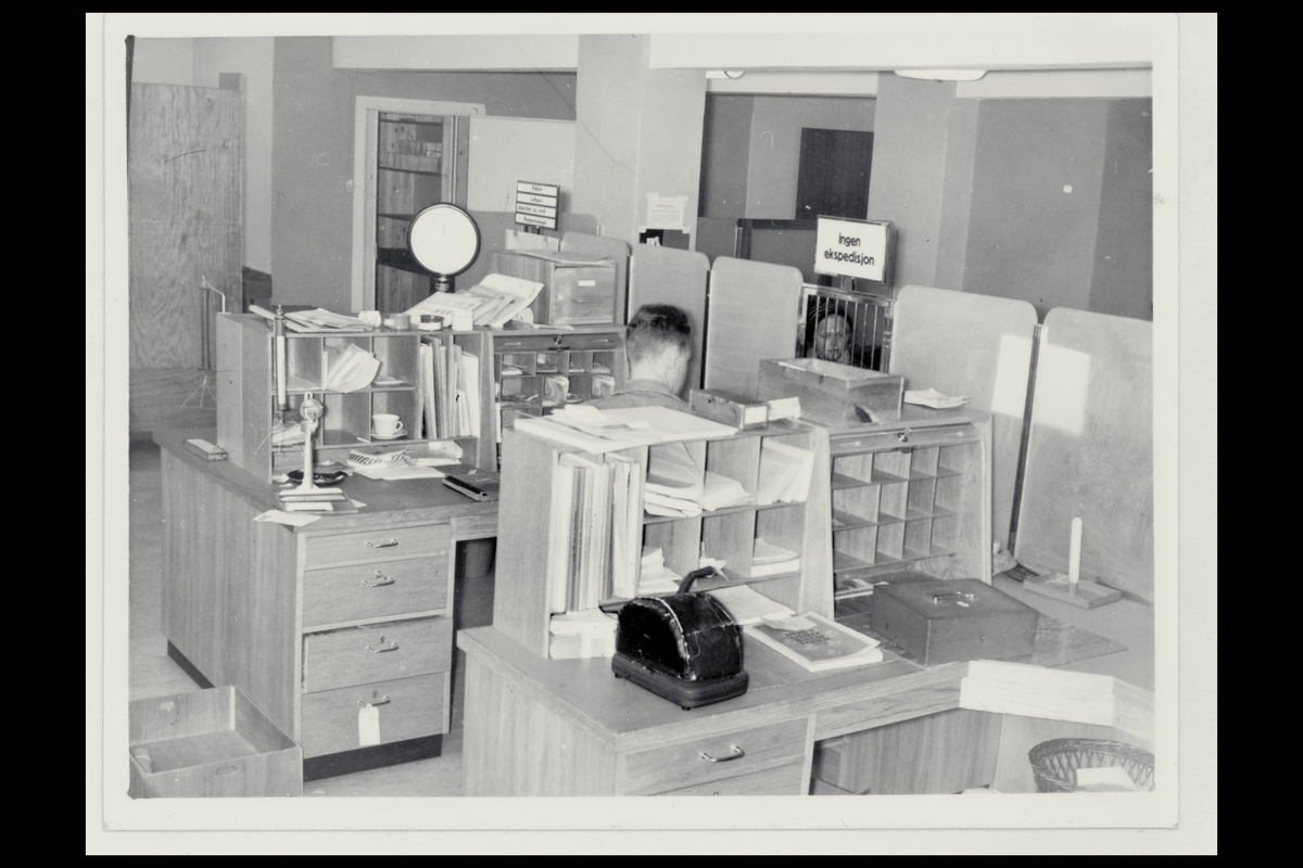 interiør, postkontor, skranke, sikkerhetsmaskin, vekt, pengeskrin, ekspeditør