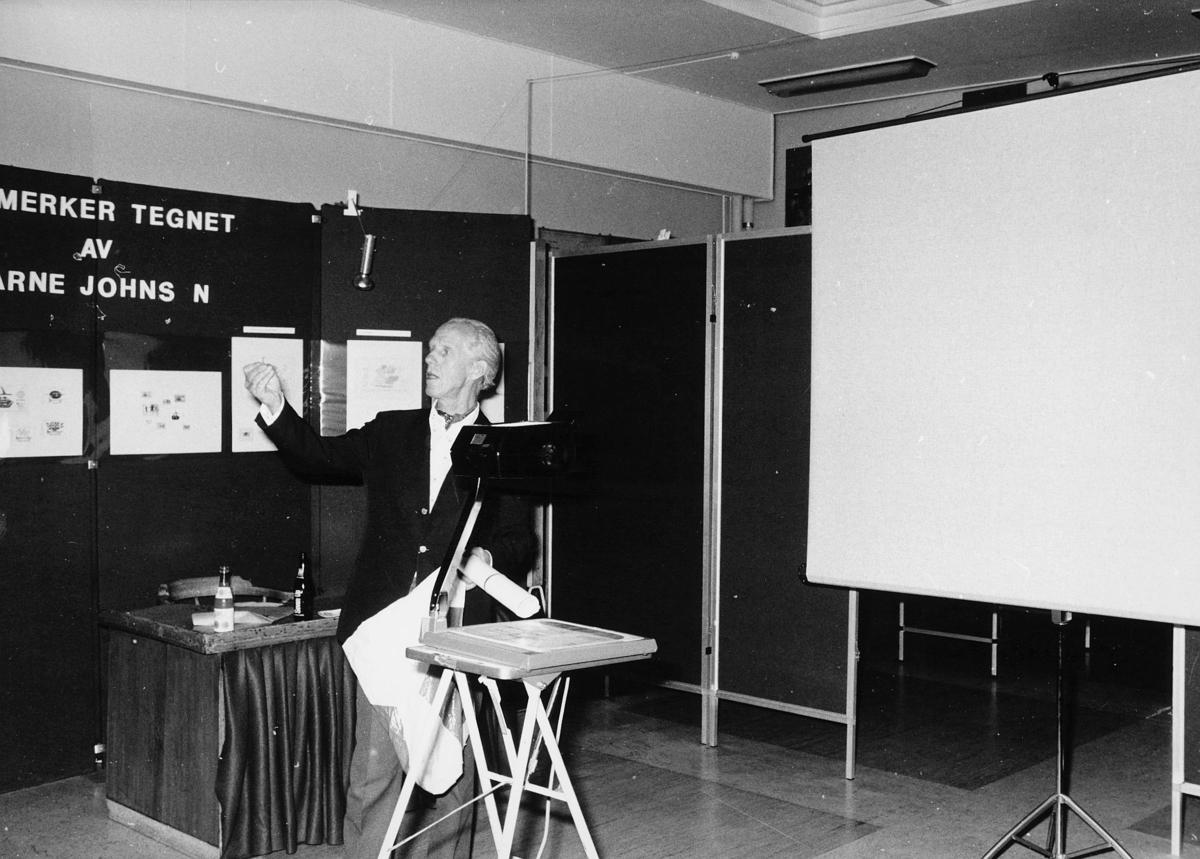 utstilling, Norwex 80, mann viser montering av frimerker i rammer