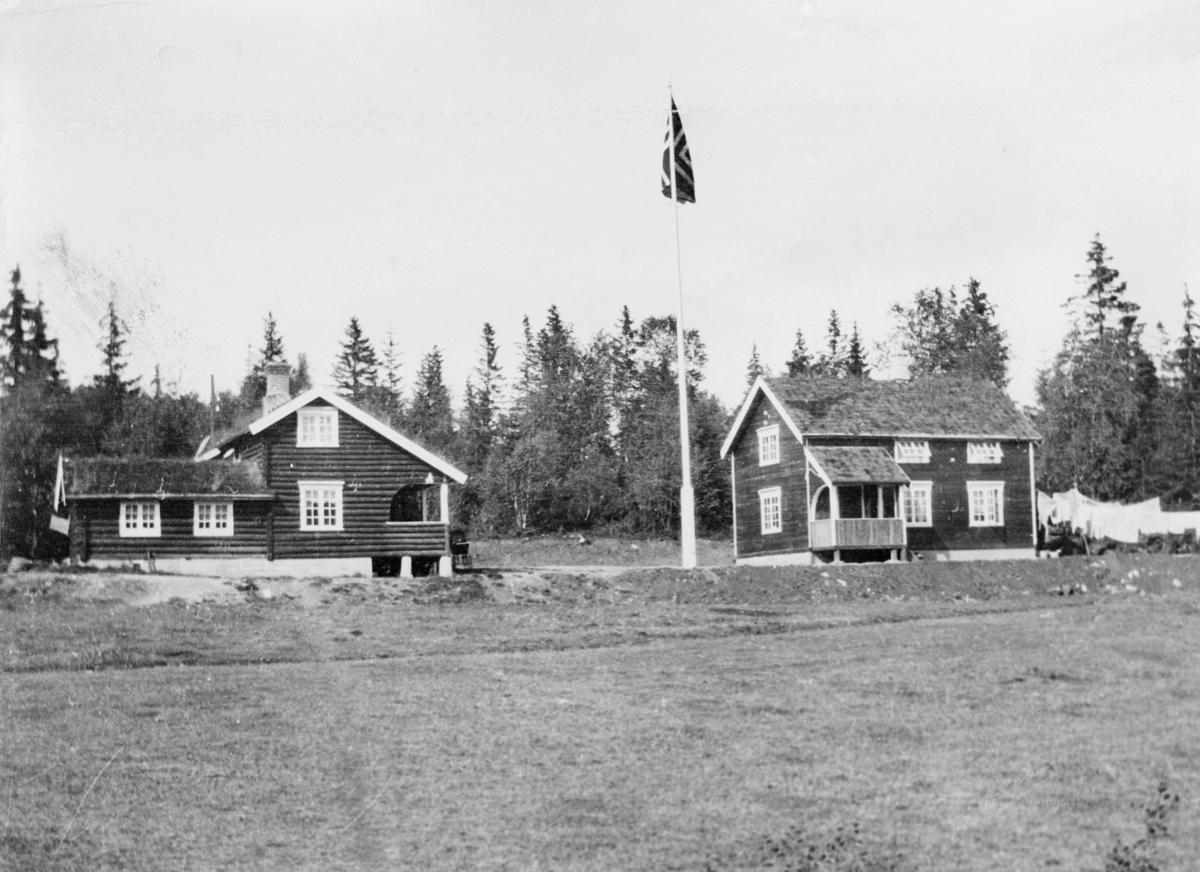 feriehjem, Det Norske Postmannslag, Trøndelag krets, Hoklahytta ved vannet Hoklingen, eksteriør, to hus, flagg, klær på snor