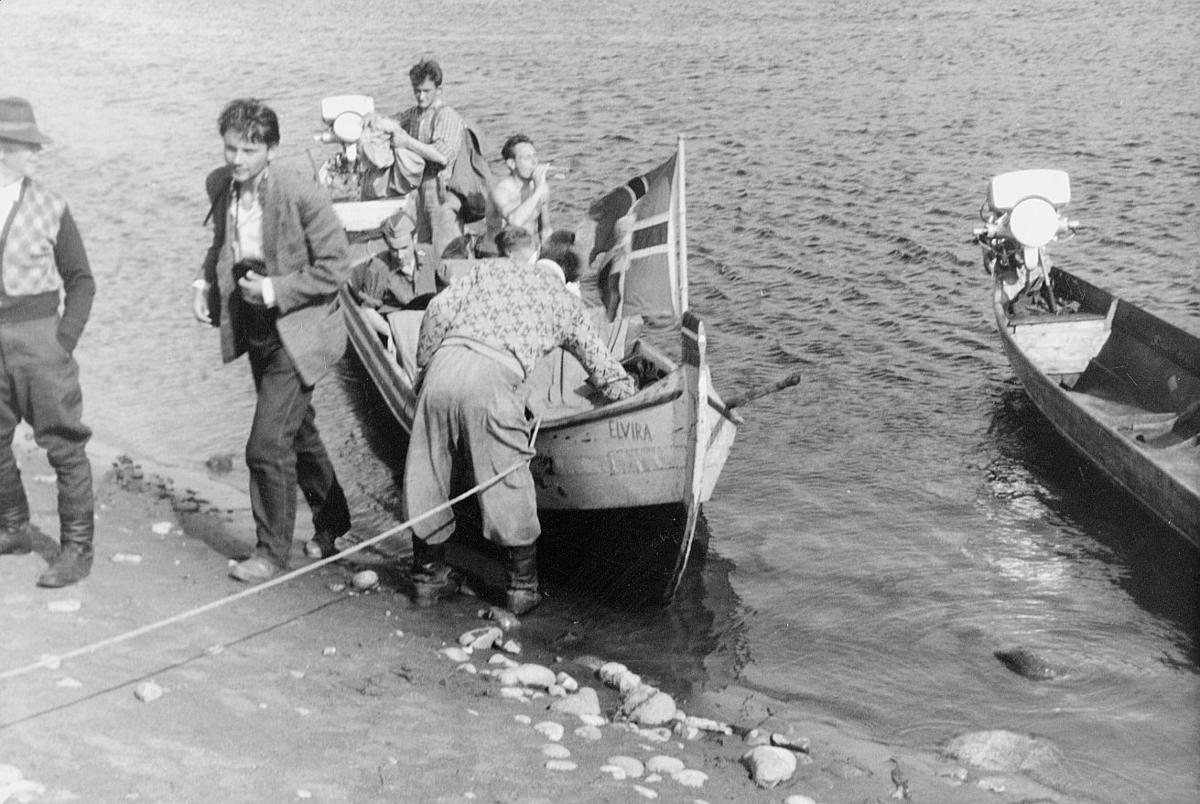 transport båt, robåt Elvira, ved land, flagg med post, menn
