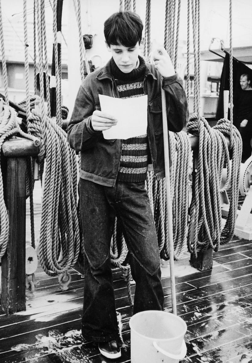 transport, båt, Christian Radich, gutt, på dekk, leser brev