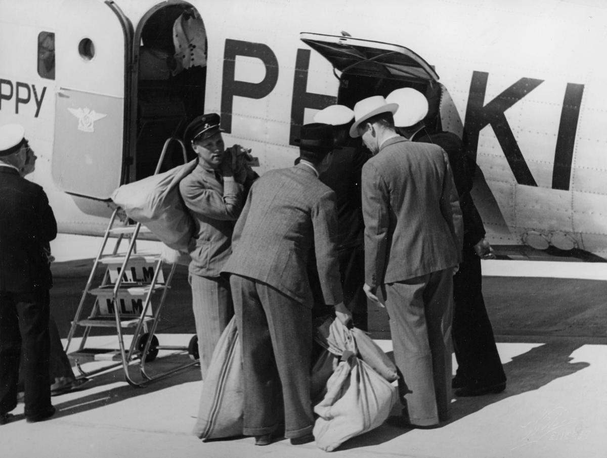 transport, fly, eksteriør, Fornebu, Amsterdamflyet Haan, lasting, postsekker, menn, på bakken