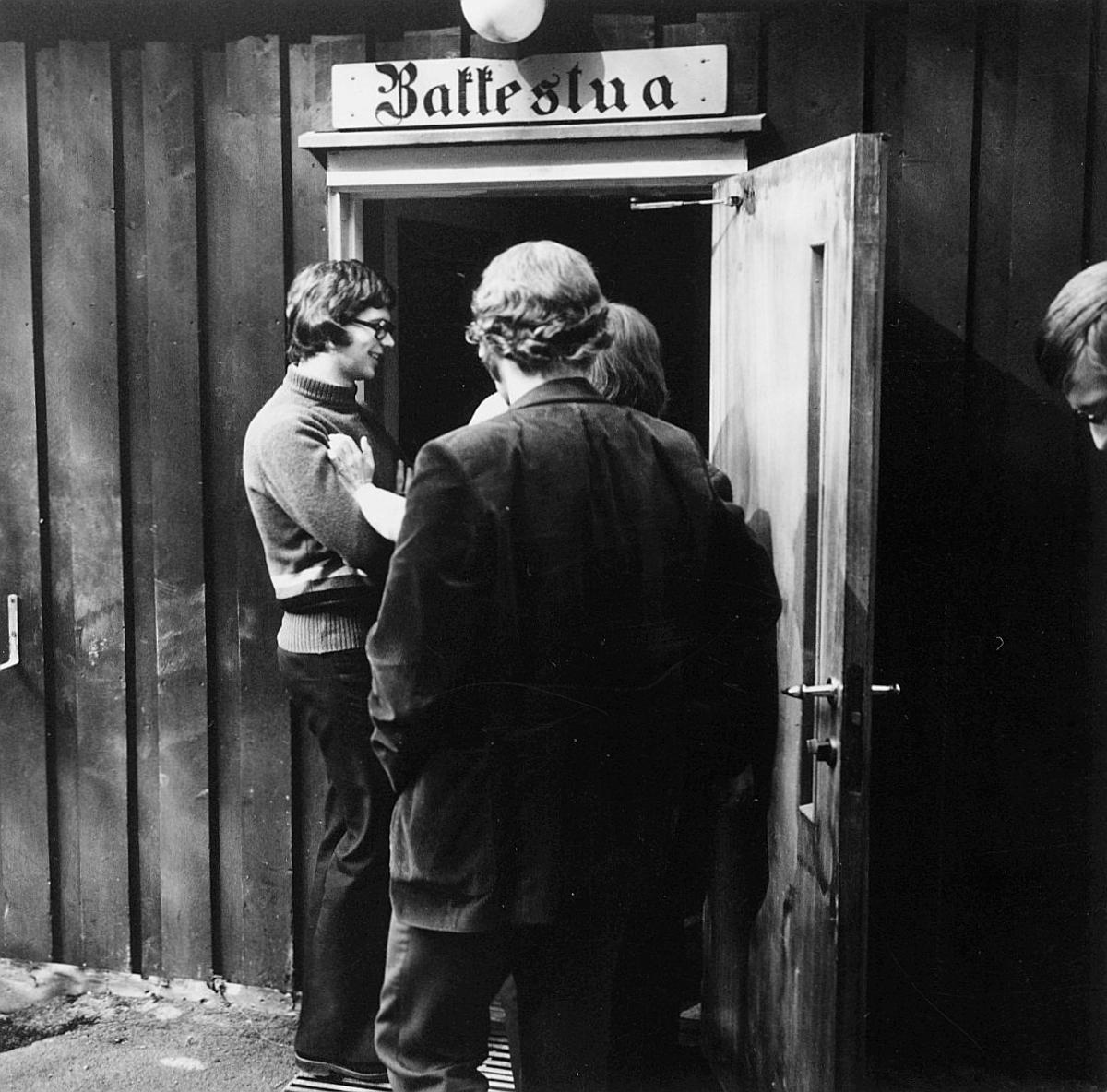postskolen, Sjøstrand bad, april 1974, inngangspartiet, kaffestua, 3 menn