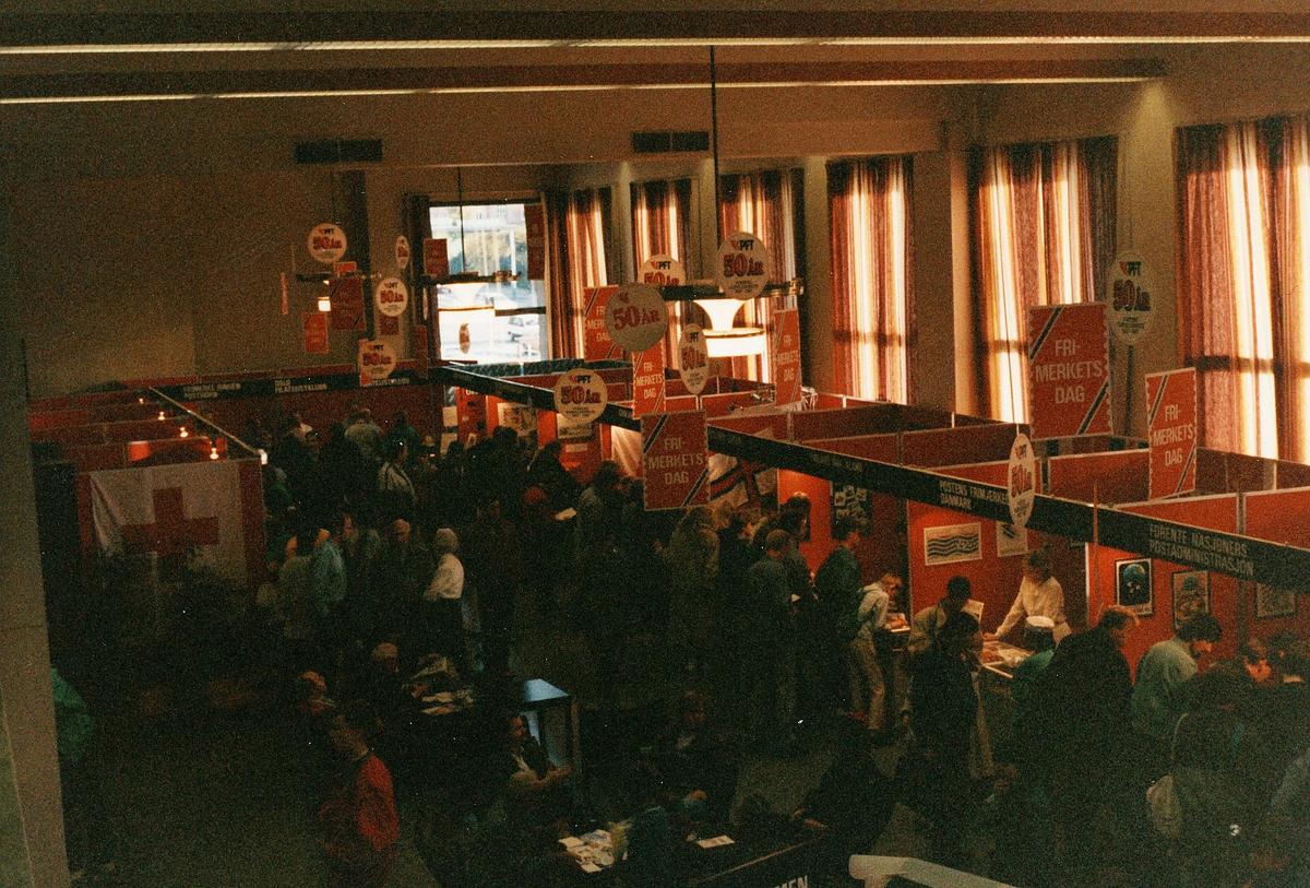 frimerkets dag, Oslo Rådhus, Postens frimerketjeneste 50 år, mennesker, stands