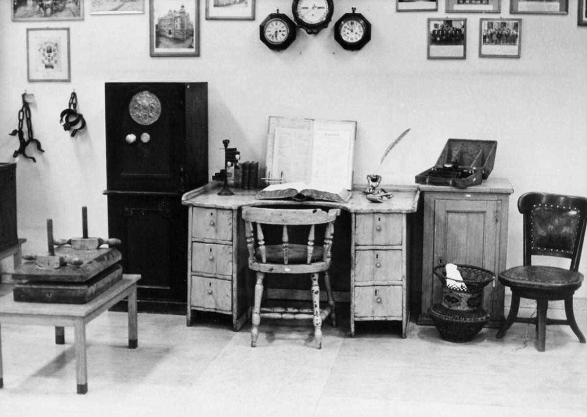 postmuseet, 4. etasje, Dronningensgate 15, gammel skrivepult, portotakst, interiør