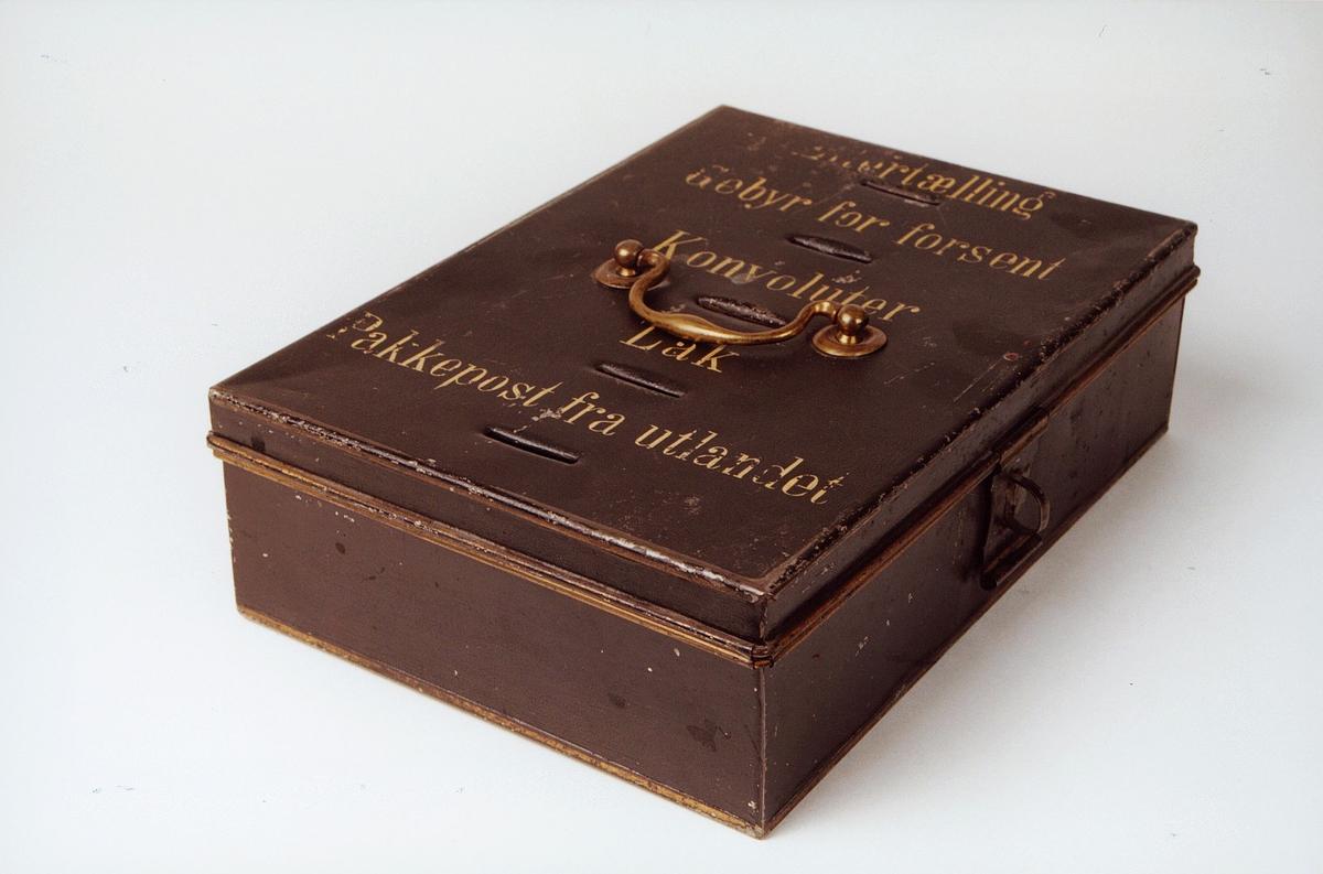 Postmuseet, gjenstander, skrin, gebyrskrin, håndtak på lokket, fem åpninger med tekst: Eftertælling, Gebyr for forsent, konvoluter, Lak, pakkepost fra utlandetpå lokket , lås.